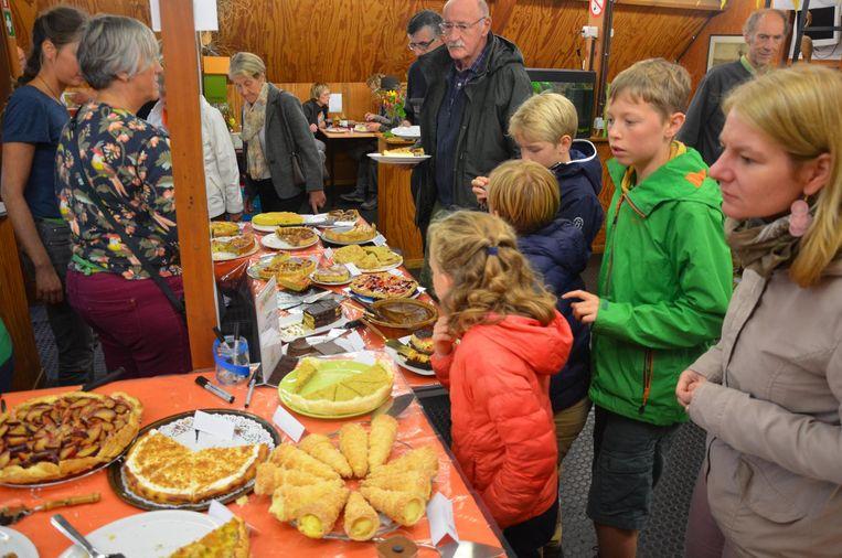 Kinderen vergapen zich aan het taartenbuffet van vzw Durme.