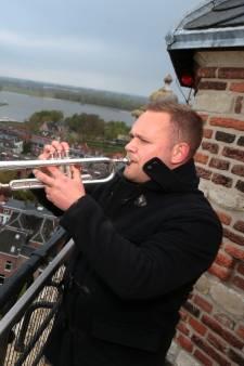 Door weer en wind blaast Hans de Taptoe vanaf de Grote Kerk tijdens Dodenherdenking