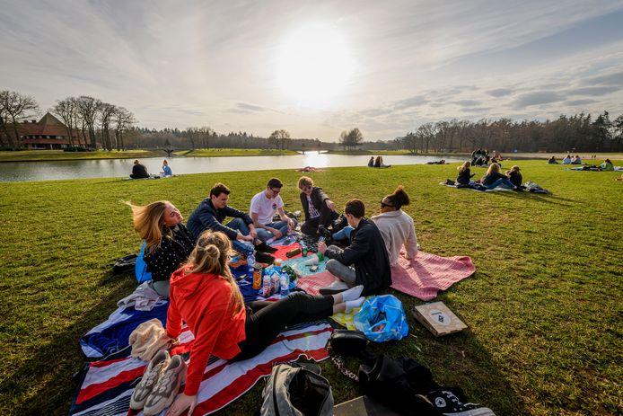 Jongeren genieten op het Hulsbeek in Oldenzaal
