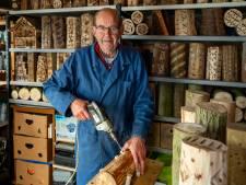 Bert (77) maakt insectenhotels uit boomstammen: 'Elk insect heeft zijn eigen voorkeur'