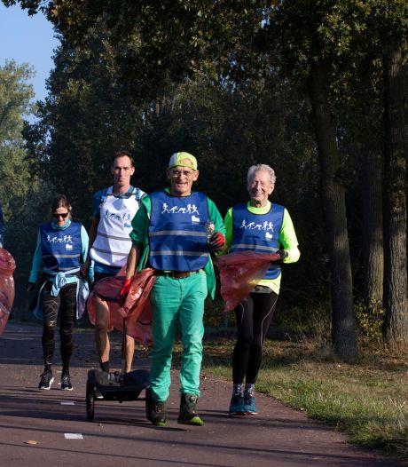 Henk (64) 'plogt' het Eindhovense marathonparcours mee schoon, zondag rent hij verkleed als gorilla de 42 kilometer