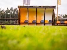 Gele gloed rond groene velden bij VV Vorden