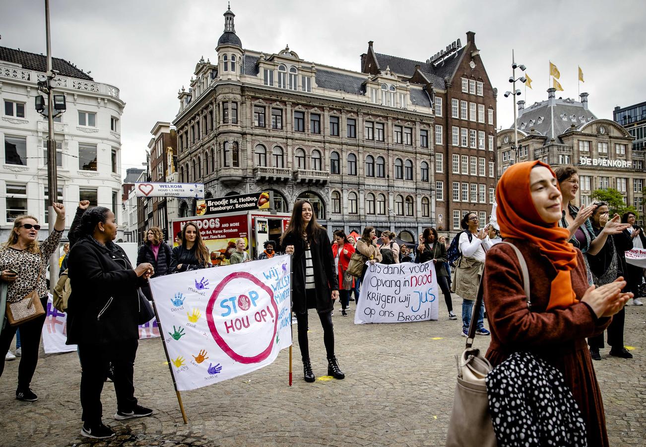 Medewerkers van de kinderopvang uit Noord-Holland vorige week tijdens een estafettestaking op de Dam. Vandaag is er een landelijke actie