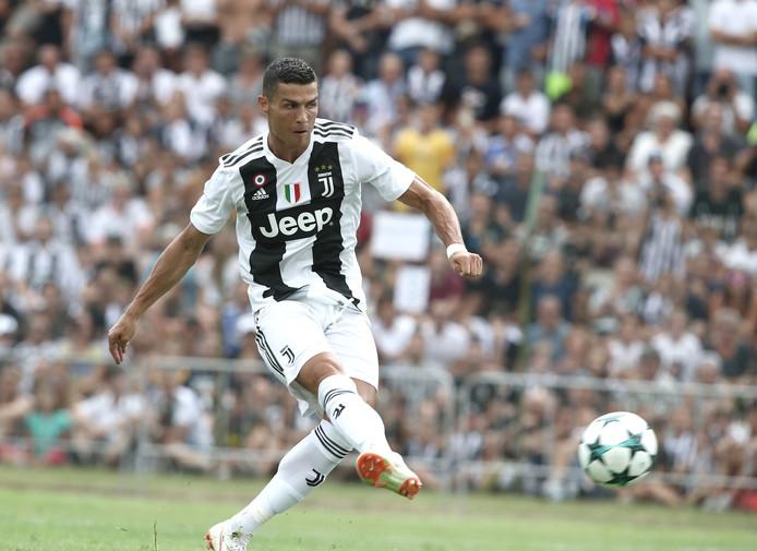 Cristiano Ronaldo maakt zijn eerste treffer voor Juventus.