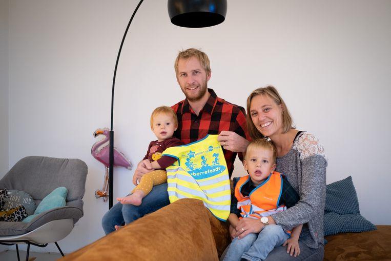 Hans Hauchecorne en Kim De Leeuw steunen, samen met zoon Morris en dochter Odette, het Berrefonds met de actie 'Fluo4Life'.