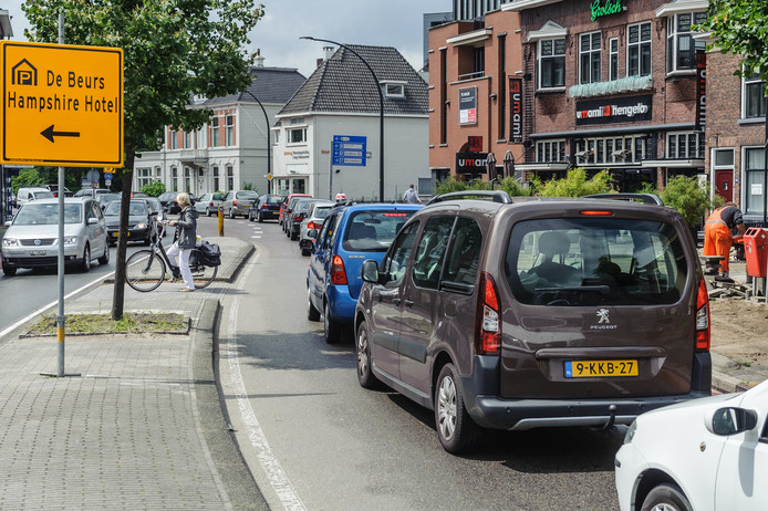 De Deldenerstraat in Hengelo is één van de plekken waar meer dan 65 decibel aan lawaai is gemeten. De weg heeft veel verkeer