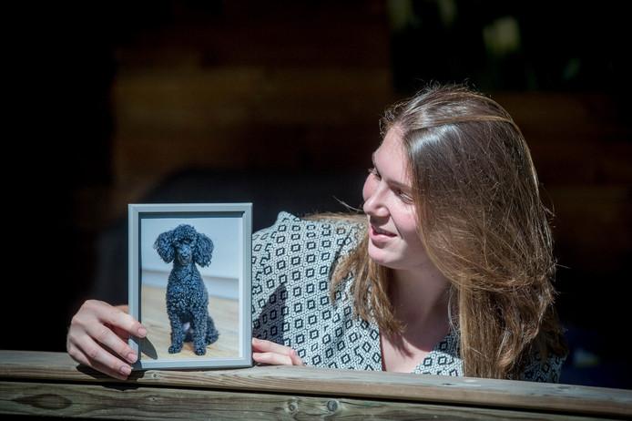Jobien met een foto van haar lieveling Faya.