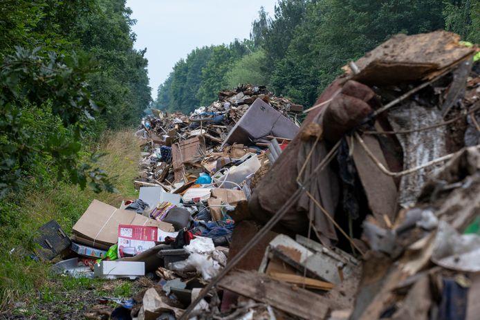 Het afval werd onder meer verzameld op een in onbruik geraakt stukje snelweg.