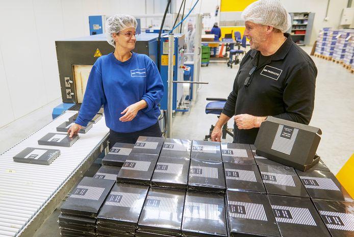 Bij DOEGOODS in Oss, onderdeel van IBN, worden kerstpakketten ingepakt. Onder ander door Diana Reijnders-Tijssen. Bedrijfsleider Henk Lamers geeft nog wat instructies.