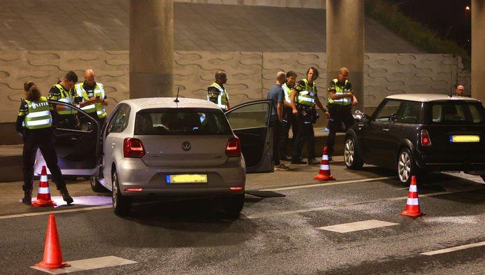 De politie controleerden zaterdagavond urenlang auto's rondom fruitbedrijf De Groot in Hedel.