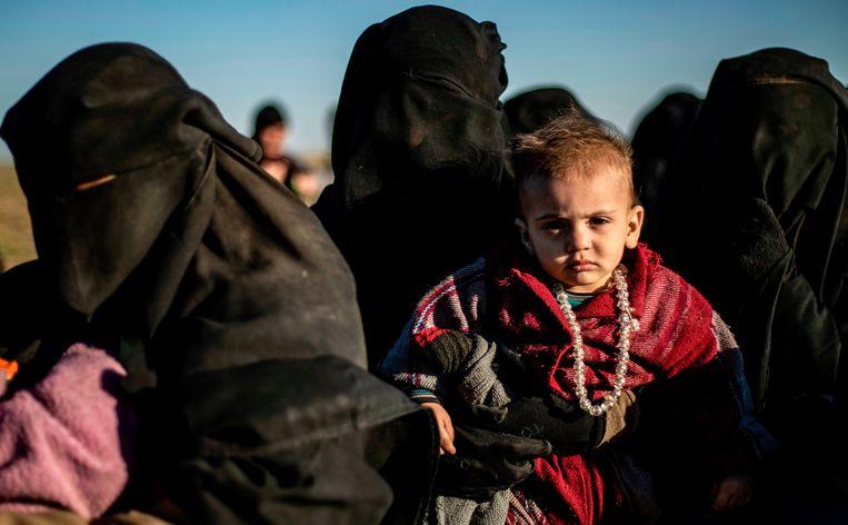 Vrouwen en kinderen van IS wachten om gefouilleerd te worden. Beeld AFP