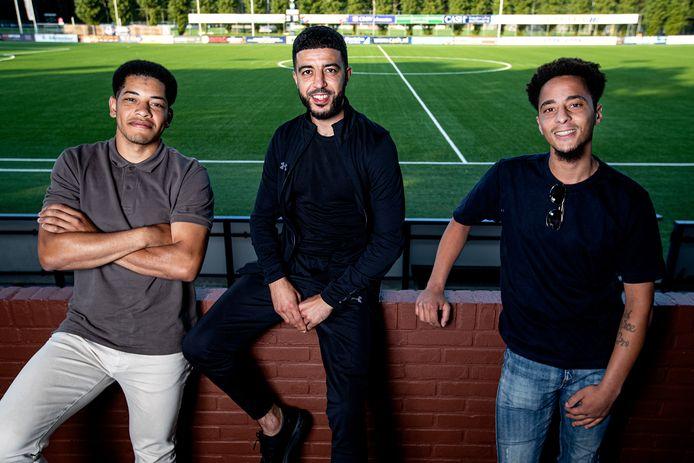Anwar Beeldstroo, Rachid Bouyaouzan en Virgil Tjin-Asjoe komen bijQuick alvast samen voor hun gezamenlijke vriend en oud-ploeggenoot Bright Ampong.