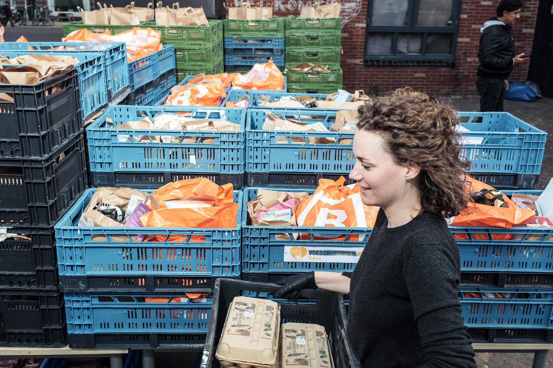 Vrijwilliger Marit Weerheijm bij de Voedselbank in Oost, waar het aantal klanten gestaag groeit. Beeld Jakob Van Vliet