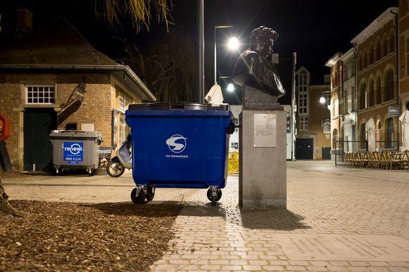 Fotoreeks rond het borstbeeld van Felix Timmermans in Lier. Felix en de afvalcontainer (2018).