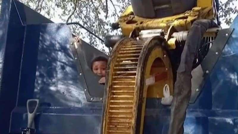 De jongen kon op het laatste moment worden gered voordat hij zou worden vermalen in de vuilniswagen