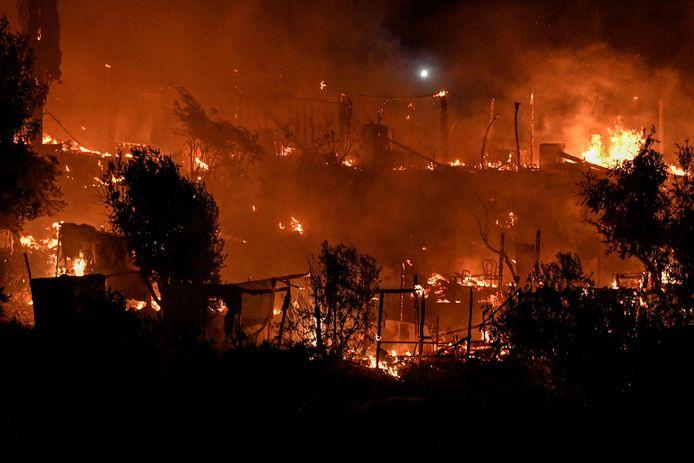 In het vluchtelingenkamp Vathy op het Griekse eiland Samos is zondagavond een grote brand uitgebroken.