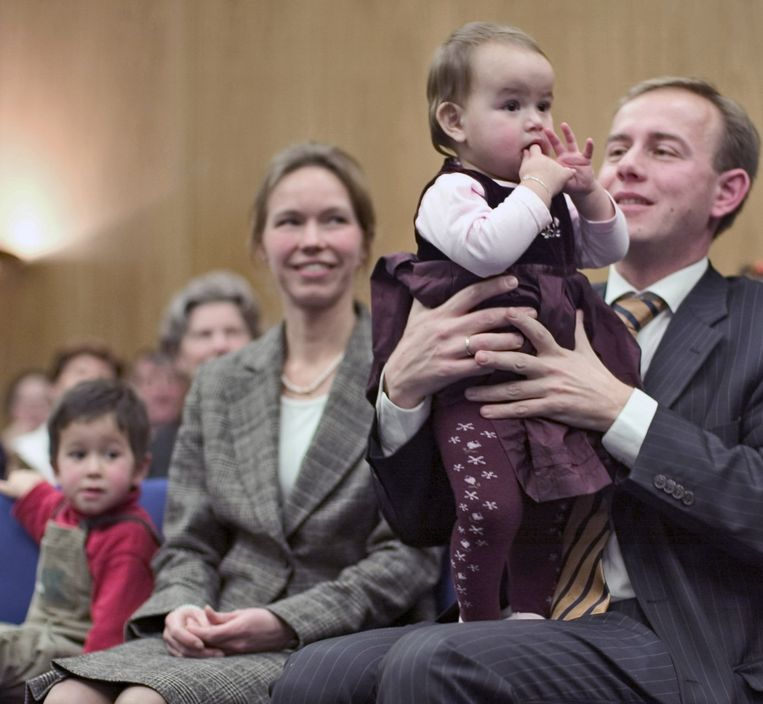 Kees van der Staaij en zijn vrouw Marlies met hun kinderen in 2004 bij de publicatie van het boek Liefs uit Botogá dat zij samen schreven over de adoptie van hun kinderen.  Beeld Jacqueline de Haas