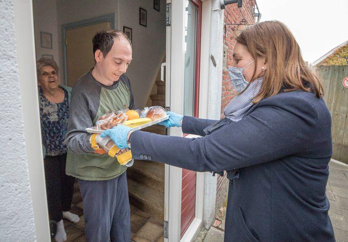 Erik Dekkers krijgt een van de ontbijtjes uit handen van  burgemeester José van Egmond.