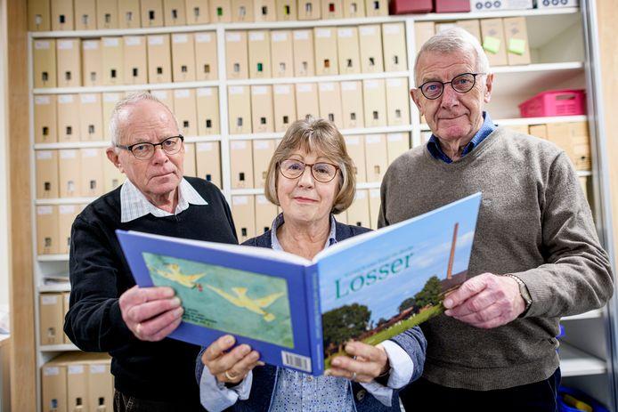 V.l.n.r. Andries Kuperus, Thea Evers en Georg van Slageren, met het jubileumboek 'Kroniek van Dorp en Marke Losser'