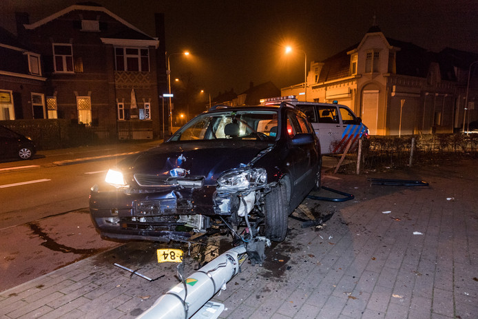 De auto en lantaarnpaal raakten flink beschadigd.
