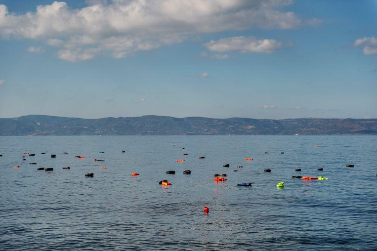 Rubber banden en reddingsvesten drijven voor de kust bij Lesbos, in 2015, het jaar waarin meer dan 400.000 vluchtelingen de oversteek vanuit Turkije waagden. Beeld NUR