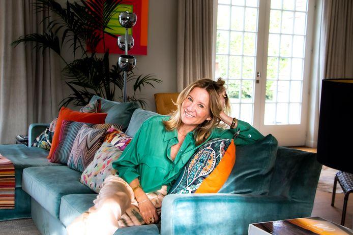 Birgit bij haar thuis. Haar liefde voor kleur komt ook terug in haar interieur.