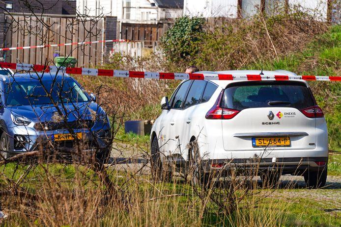 De politie bij een woonwagenkamp aan de Terraweg in Best.