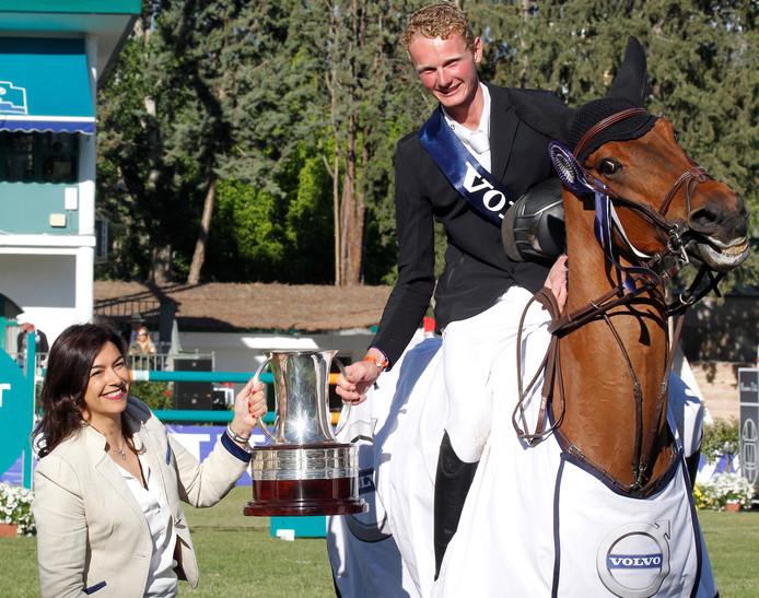 Frank Schuttert, op de foto gehuldigd in Madrid, start deze week met jonge paarden tijdens het concours van Wierden.