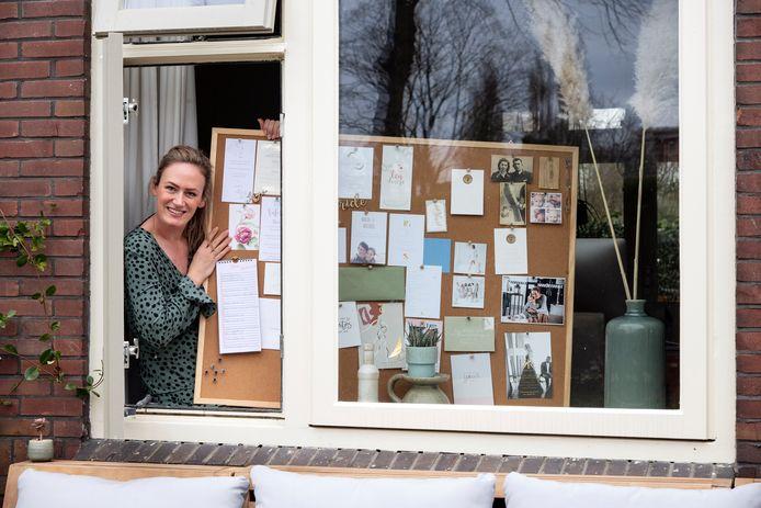 Door de coronacrisis is Inge Peters uit Nijmegen met haar bedrijf Trouwen in Italië hard getroffen. Haar prikbord hangt vol met steunbetuigingen.