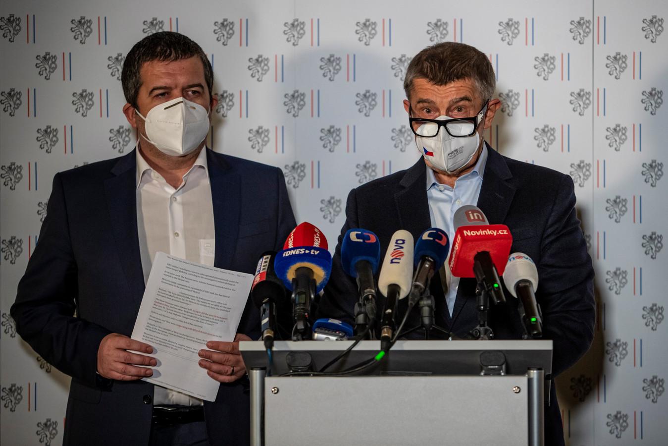 """""""Dix-huit employés de l'ambassade russe doivent quitter notre république dans les 48 heures"""", a déclaré le ministre Jan Hamacek (à droite) aux journalistes."""