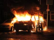 Brandweer moet voor zoveelste voertuigbrand uitrukken: busje compleet verwoest