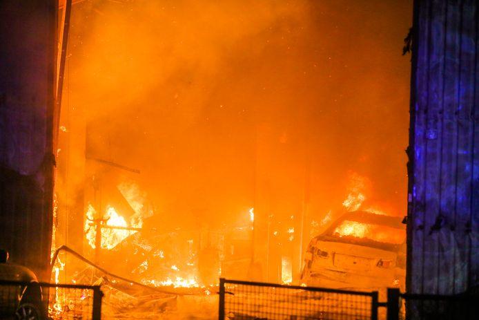 Grote brand bij een garagebedrijf im Helmond.