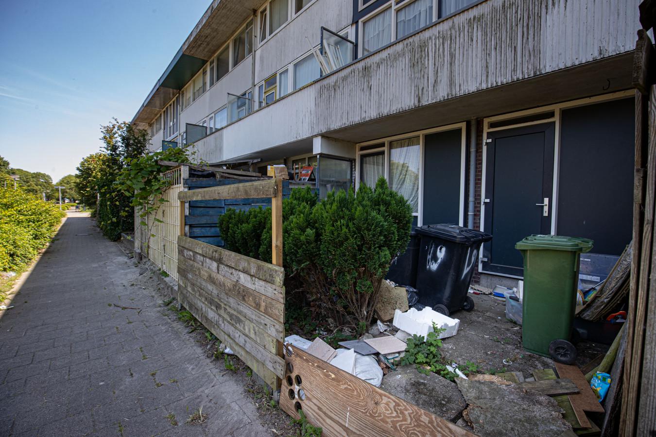De vier wijken in Lelystad Oost hebben veel problemen. Wat opvalt is de verloederde staat van de woningen. Het Rijk geeft eenmalig 39 miljoen euro voor een flinke opknapbeurt.