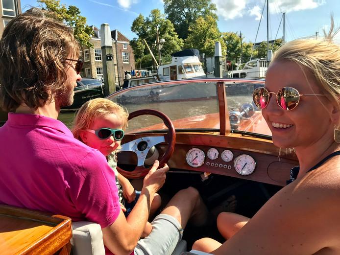 En dan maak je op je 5-jarige huwelijksdag ineens een minicruise door de Nieuwe Haven van Dordrecht... Elsbeth van Vlastuin, haar man Kees en zoon Joep hebben geluk en mogen zelf eenstukje varen op de Nereïde van de broers Barone.