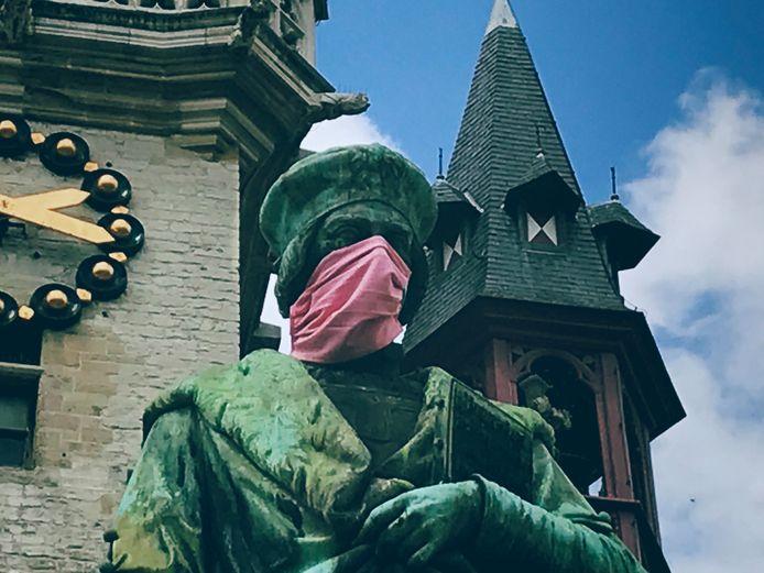 Standbeeld van Dirk Martens met mondmasker.