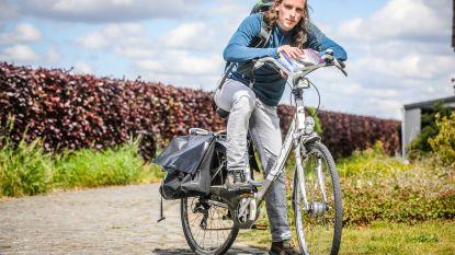 """Jonge auteur stelt debuutroman deur aan deur voor: """"Ik fiets naar iedereen die mij 'boekt'"""""""