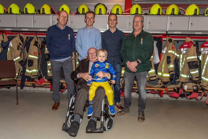 De brandweerfamilie Wilderom:  Leo, Koen, Jasper en Jan. Op de voorgrond Bas met zijn achterkleinzoon Menno.