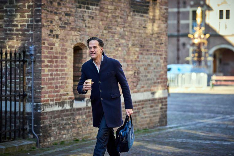 Demissionair Premier Mark Rutte komt aan op het Binnenhof voor een corona-overleg voorafgaand aan de wekelijkse ministerraad.  Beeld ANP