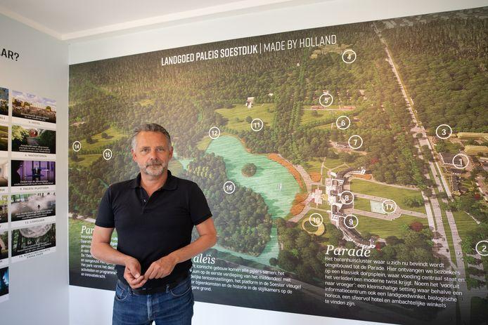 Directeur Frans van der Avert in het nieuwe infocentrum, waar de plannen voor Paleis Soestdijk worden uitgelegd.