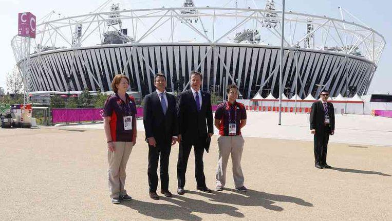 Premier Cameron (midden) in het olympisch park, vandaag. Beeld reuters
