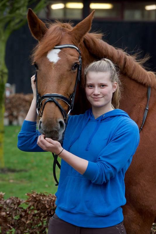 Henrike Jansen met haar paard.