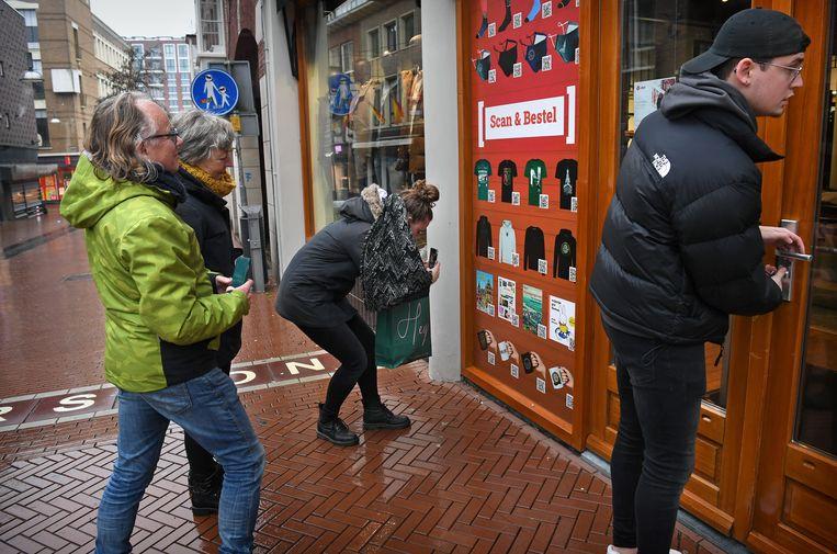 In Nijmegen kunnen mensen vanaf de straat bestellen middels een QR-code en de bestelling vervolgens bij de deur opwachten.  Beeld Marcel van den Bergh / de Volkskrant