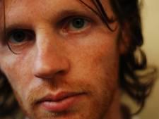 Ierse zanger Lorcan Mac Mathuna zingt verhalen. Zijn liedjes beginnen traag, maar dan...