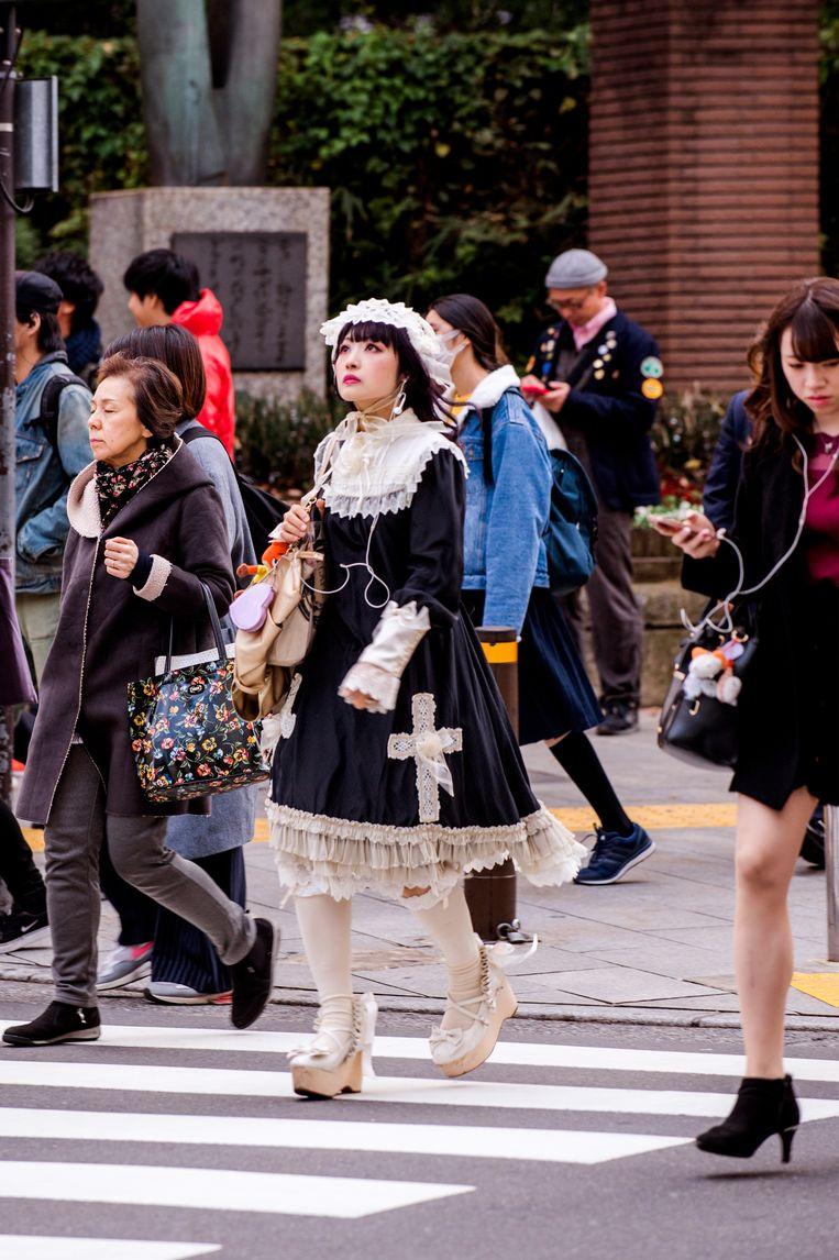 Kawaii-meisje in het Japanse straatbeeld: niemand  kijkt ervan op.  Beeld ROB Walbers