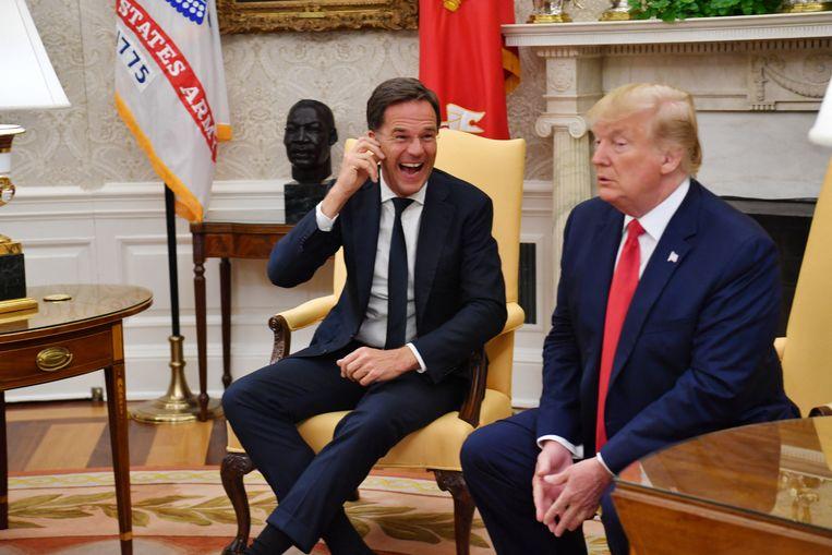 'Voor het oog van de journalisten wees Rutte naar het kantoor van Trump: 'Your desk is tiny!'' Beeld AFP