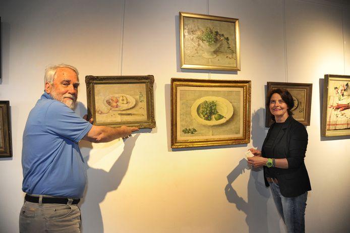 Conservator Joost Bakker en achterkleindochter Karen Ekker richten de expositie van Lucie van Dam in.