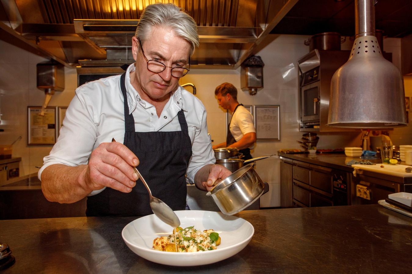Chef-kok Hans Verhoeven rondt het gerecht van rog af.