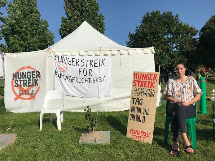 Lea Bonasera in het tentenkamp de dag na de beëindiging van haar honger- en dorststaking.