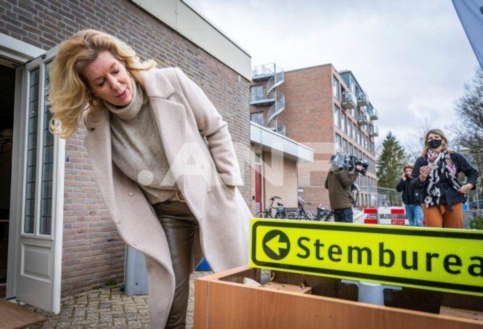 Lijsttrekker Liane den Haan van 50PLUs bracht eerder vandaag haar stem uit bij een stembureau in zorgcentrum 't Oude Landt in Woerden