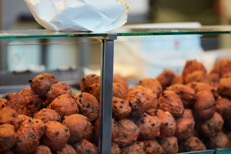 THE HAGUE, NETHERLANDS - DECEMBER 31: People queue up to buy deep fried doughnut balls (oliebollen) as The Netherlands celebrate New Year's eve amid the coronavirus pandemic on December 31, 2020 in The Hague, Netherlands. New Year's eve celebratory fireworks have been cancelled in a bid to curb the spread of Covid-19 infections. (Photo by Pierre Crom/Getty Images) Beeld Getty Images